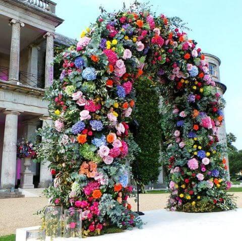 Arco de flores para casamento colorido