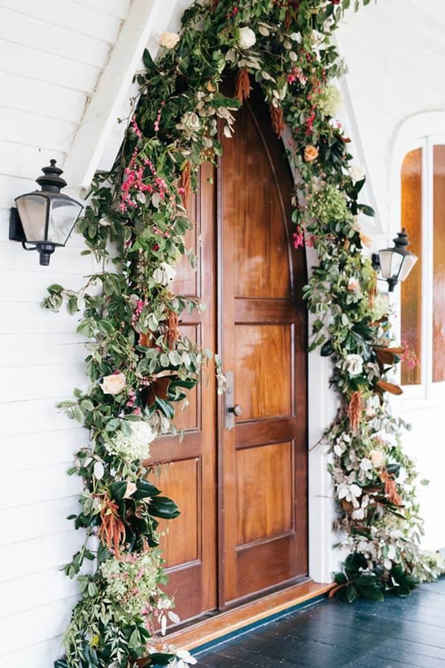 Arco de flores para casamento na entrada da cerimônia