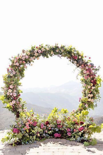 Arco de flores para casamento com rosa e amarelo