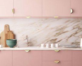 armário de cozinha rosa com puxadores dourados Foto AuthGram