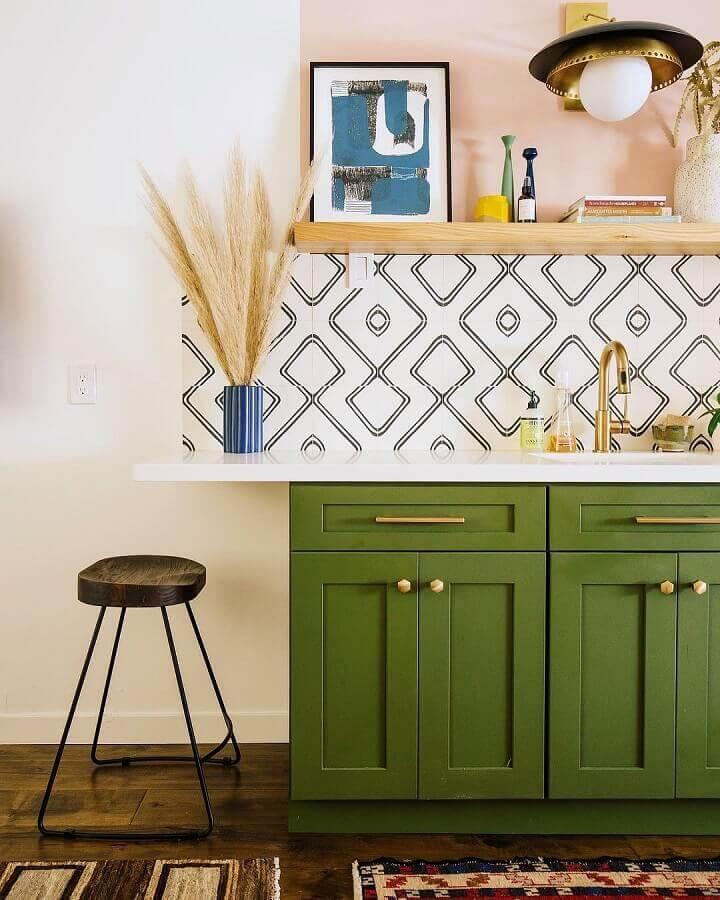armário de cozinha verde musgo com design retrô  Foto Dabito