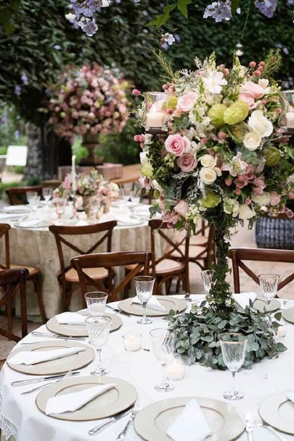 arranjo de flores e folhagens festa de casamento no campo Foto Constance Zahn