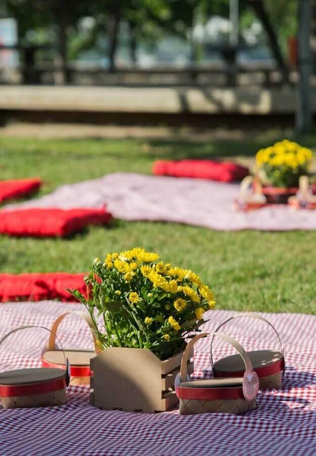 arranjo de flores em pequenos caixotes e toalha xadrez para decoração de piquenique Foto A Minha Festinha