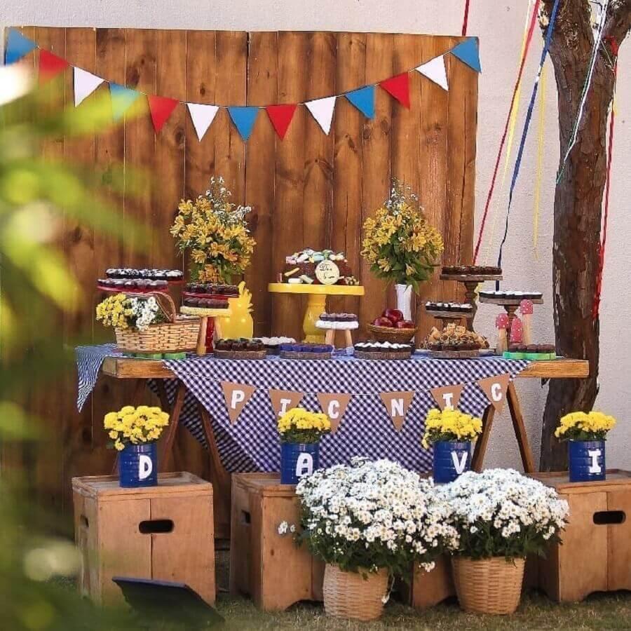 arranjo de flores para decoração de aniversário piquenique Foto Vila Afetiva Festas