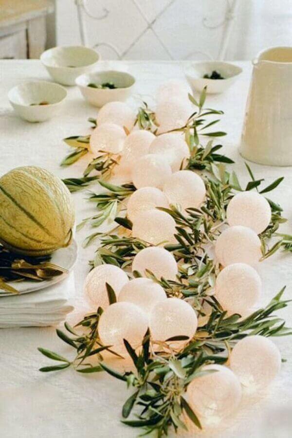 arranjo de folhas e bolinhas brancas para decoração mesa réveillon Foto Weddbook