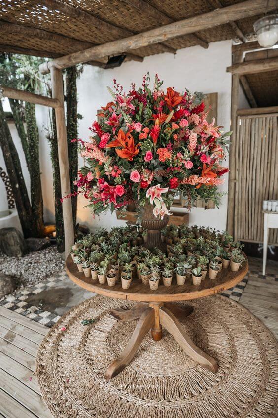 Arranjo para mesa com lembrancinhas para casamento