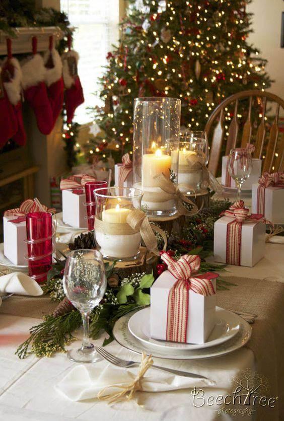 Arranjos de natal para mesa e velas com presentes decorando