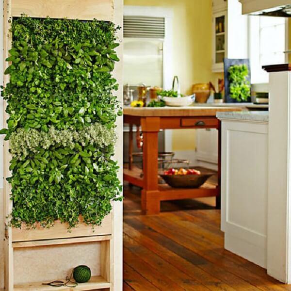 Jardim vertical artificial estruturado em palete encanta a entrada da cozinha