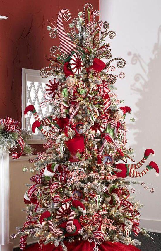 Árvore de natal com duendes inspirados no papai noel