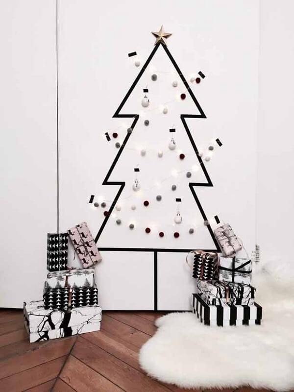 Árvore de Natal na parede feita com adesivo e bolinhas natalinas