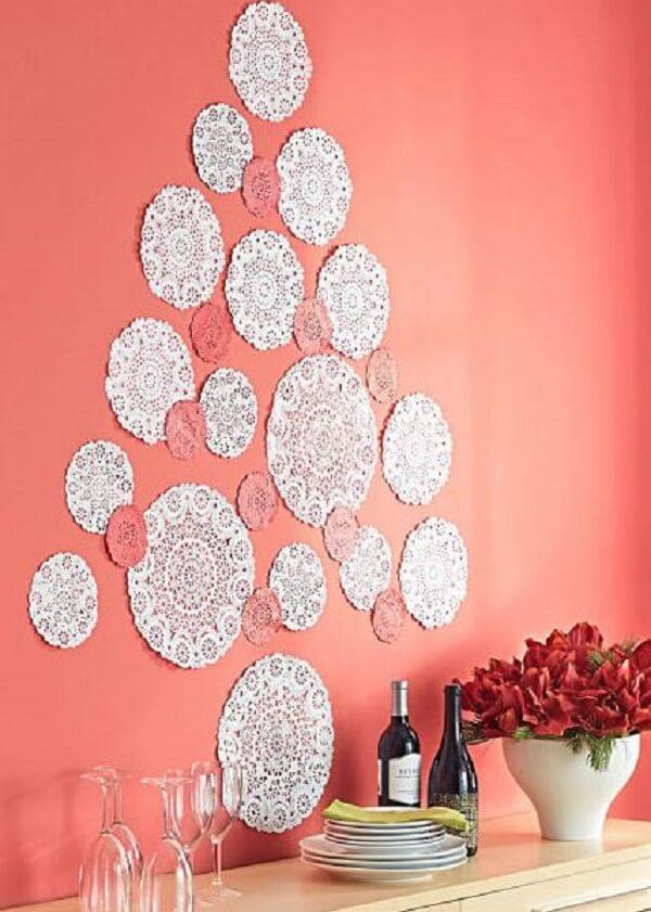 Árvore de Natal na parede feita com material rendado