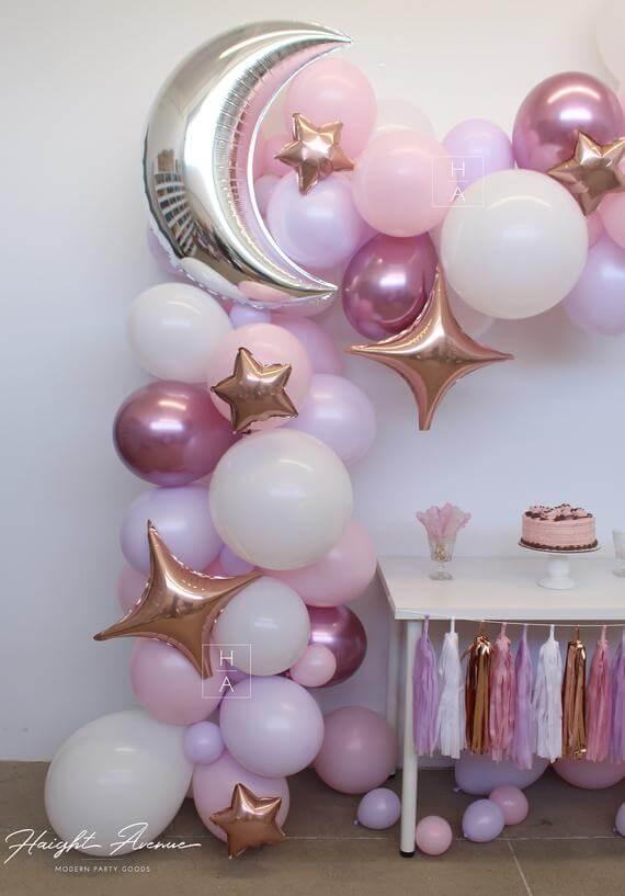 Balões metalizados na decoração de festa simples e barata