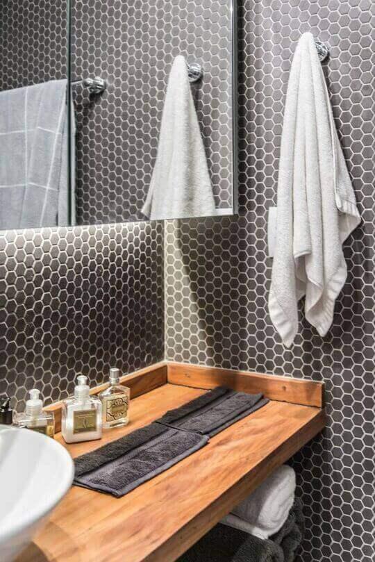 balcão para banheiro - bancada de madeira e revestimento com pastilhas