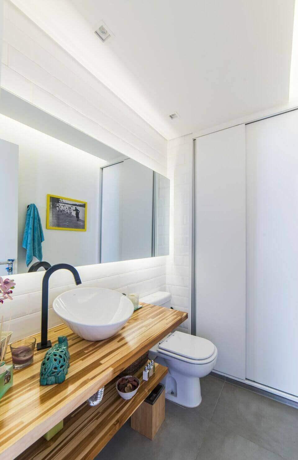 balcão para banheiro - banheiro branco com bancada de madeira