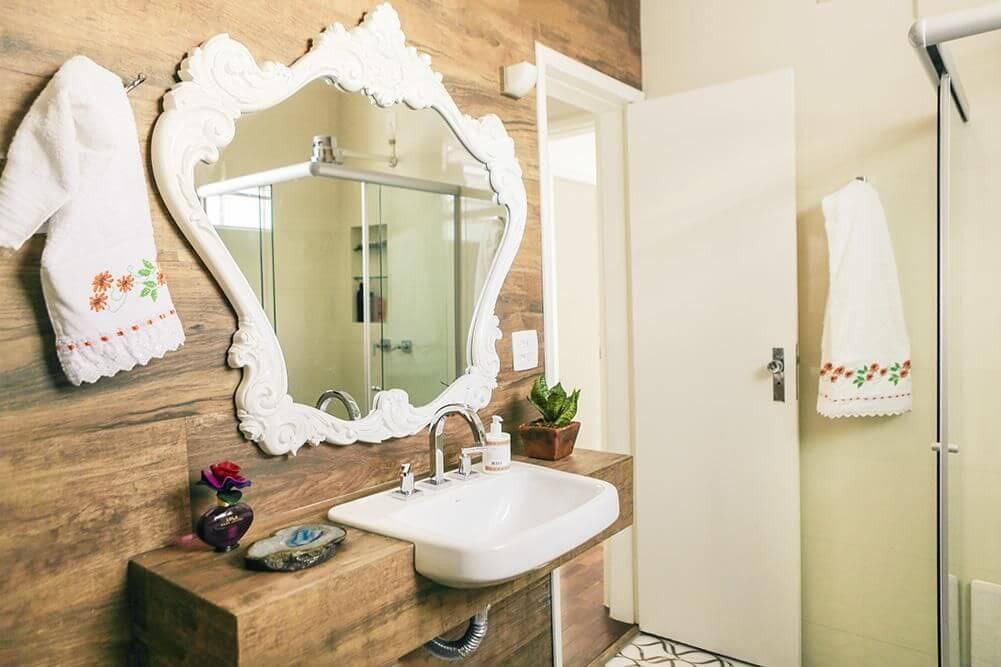 balcão para banheiro - espelho moldado em parede de madeira do banheiro