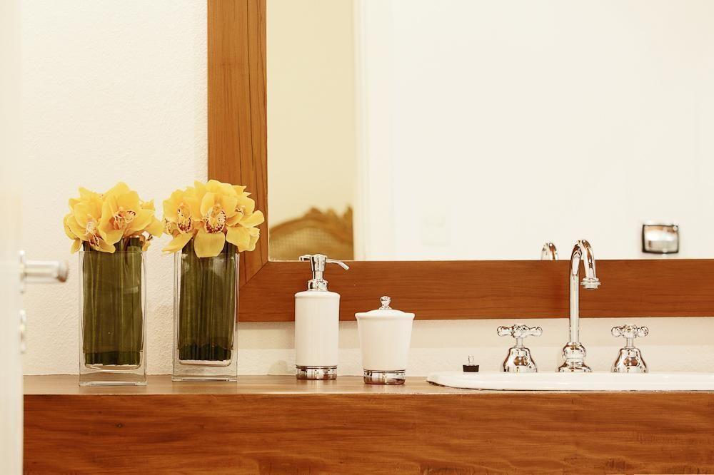 balcão para banheiro - lavabo com balcão de madeira simples