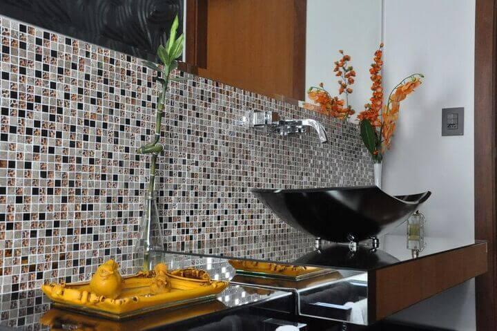 balcão para banheiro - parede com pastilhas de vidro e cuba de apoio