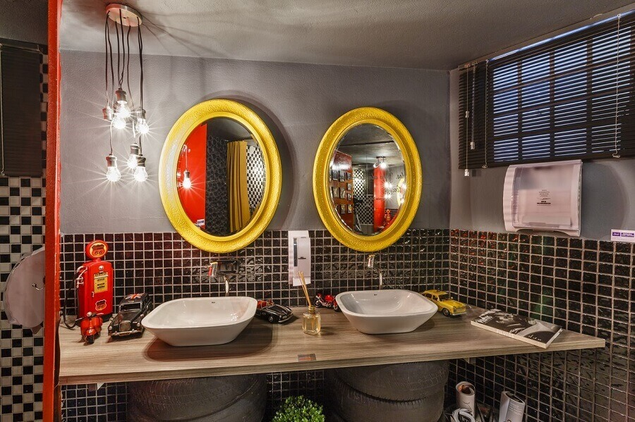 banheiro cinza decorado com bancada de madeira e espelho com moldura amarela Foto Lídici Melo