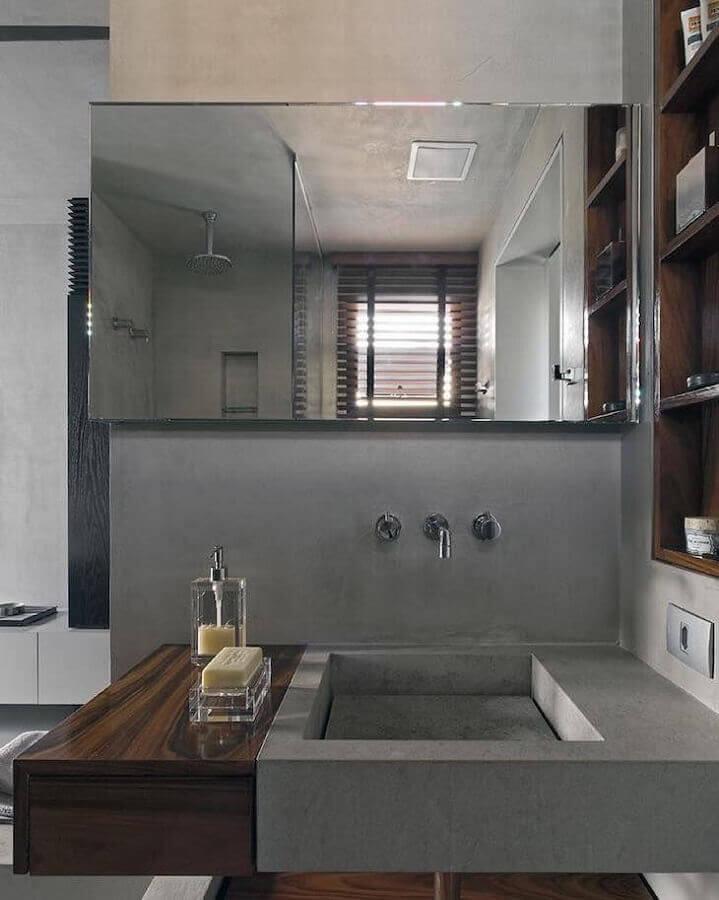 banheiro cinza decorado com nicho de madeira embutido Foto Diego Revollo