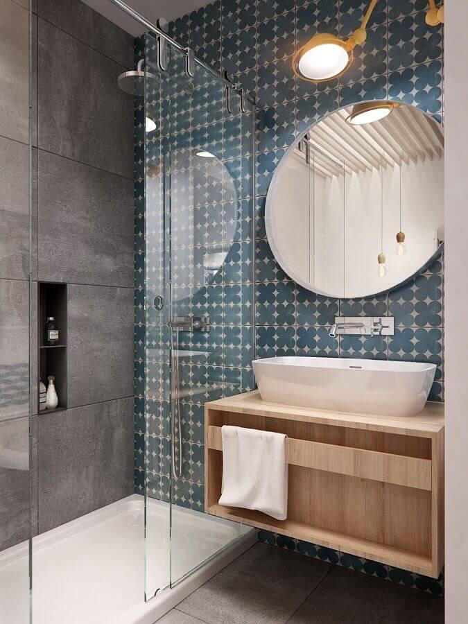 banheiro cinza decorado com revestimento estampado e gabinete de madeira Foto ArchiLovers