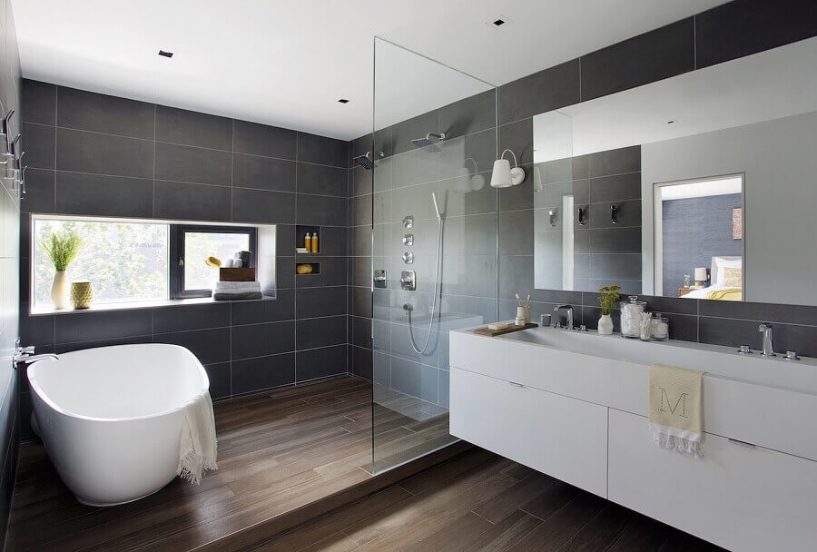 banheiro cinza e branco decorado com piso de madeira Foto Architecture Update