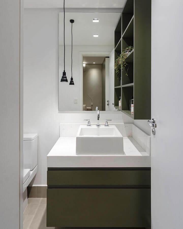 banheiro pequeno decorado com gabinete verde musgo Foto Paula Foresti