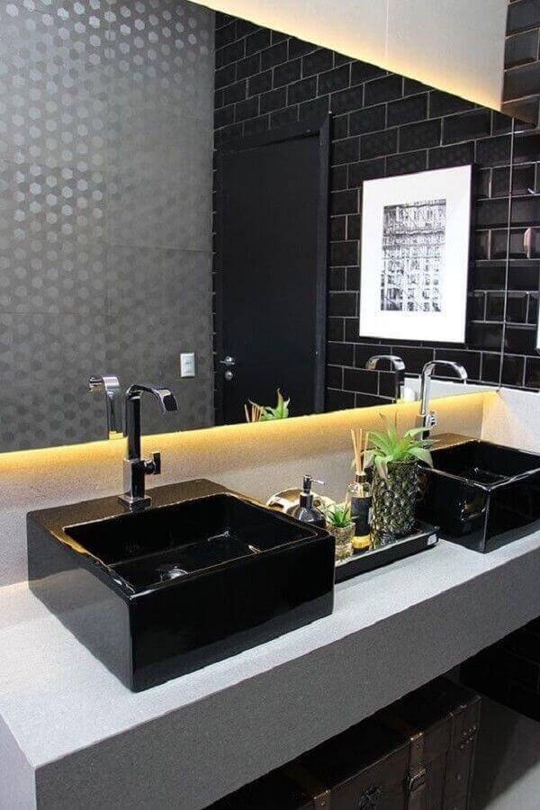 banheiro preto e cinza com decoração moderna Foto Revista VD