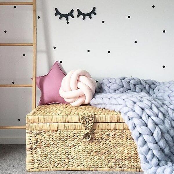 A almofada de nó rosa se harmoniza com decoração do ambiente