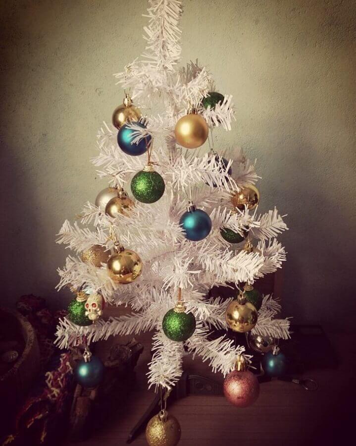bolas coloridas para árvore de natal branca pequena Foto Letícia Dantas