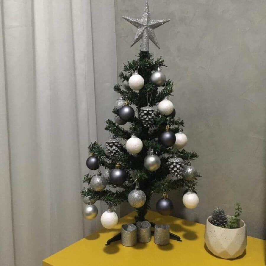 bolas de natal prata para decoração de árvore de natal pequena Foto Paola Siviero
