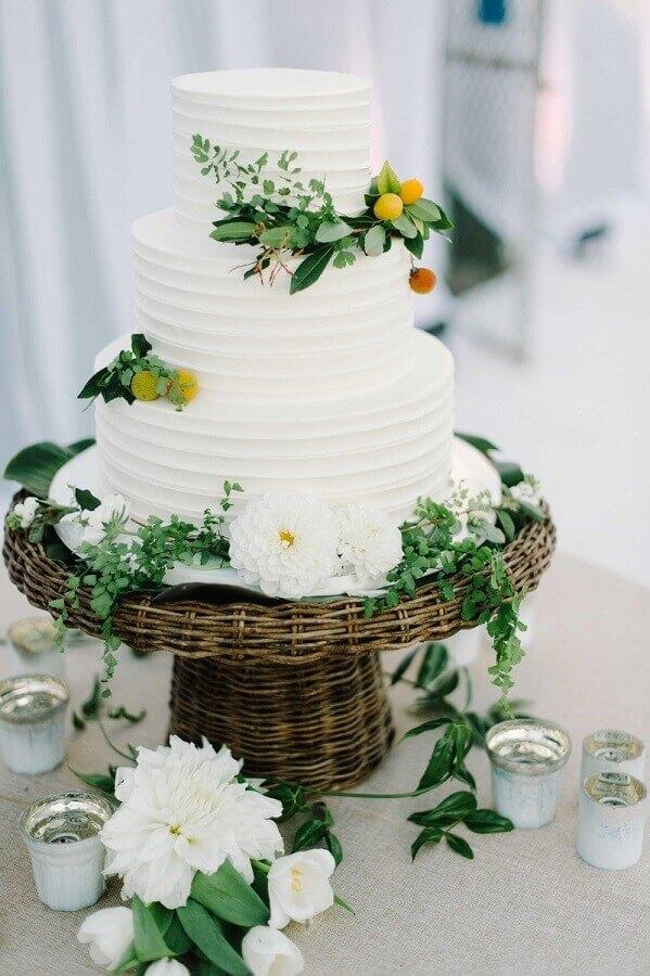 bolo de casamento 3 andares todo branco decorado com flores Foto Inside Weddings