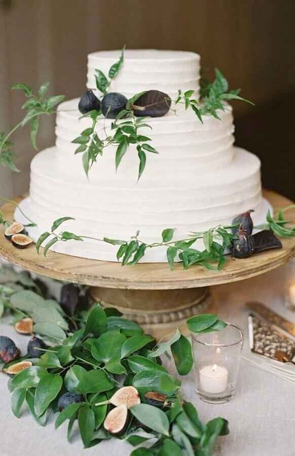 bolo de casamento 3 andares todo branco decorado com folhas Foto Pinterest