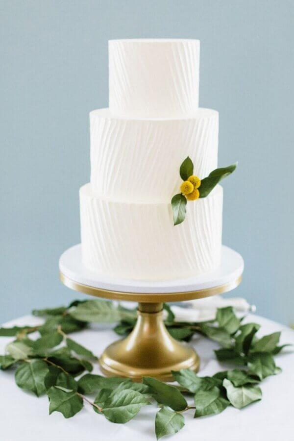 bolo de casamento branco 3 andares Foto The Knot