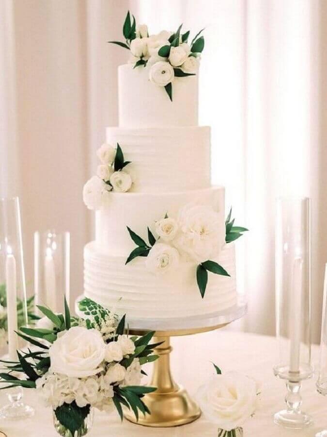 bolo de casamento branco 4 andares decorado com flores brancas Foto Pinterest