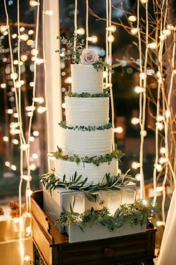 bolo de casamento branco decorado com folhagens Foto MODwedding