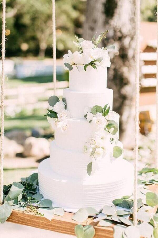 bolo de casamento branco decorado com folhas e flores Foto Pinterest