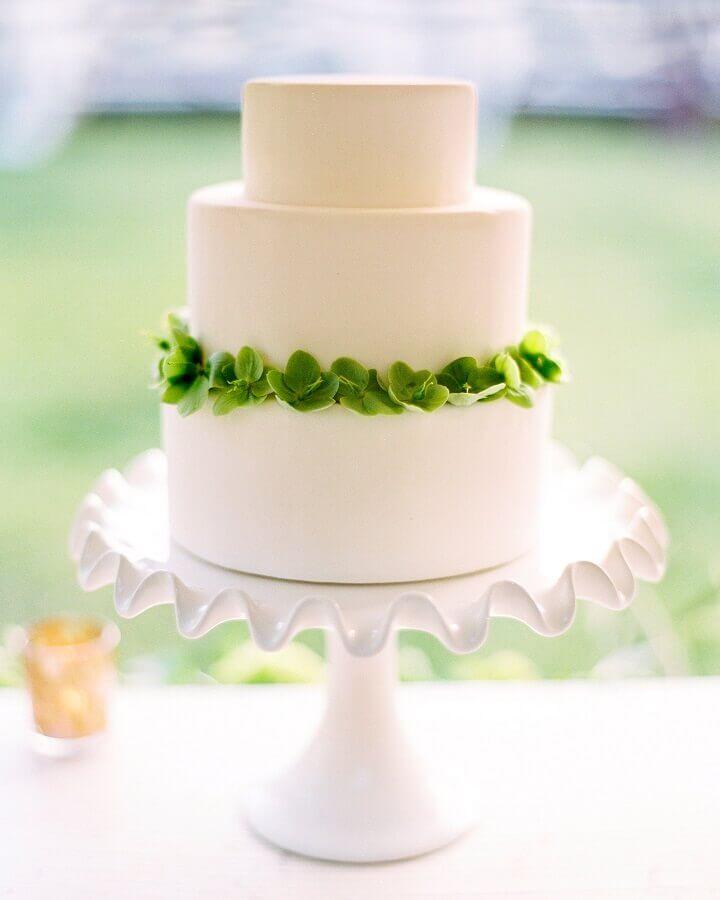 bolo de casamento branco decorado com folhas verdes Foto Martha Stewart Weddings
