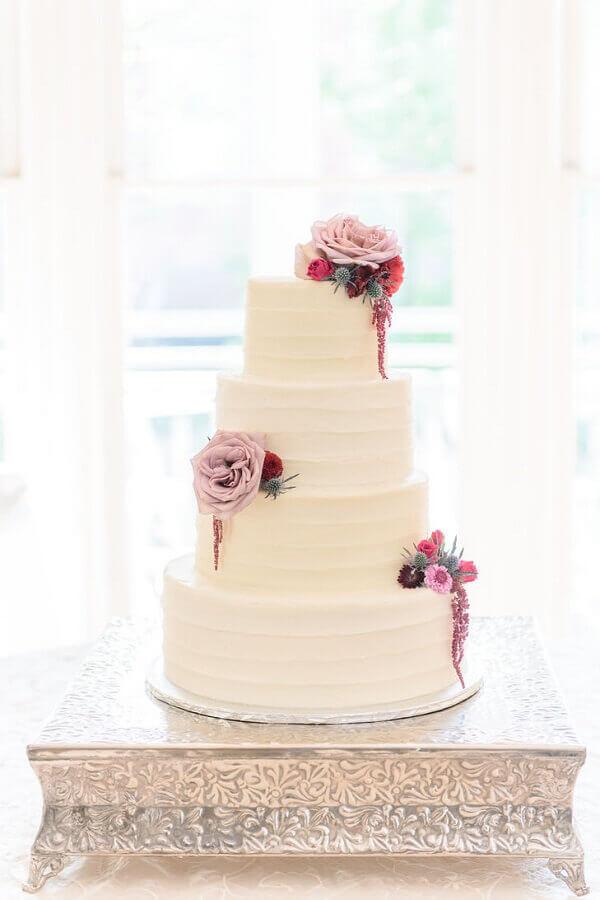 bolo de casamento branco decorado com rosas Foto Pinterest
