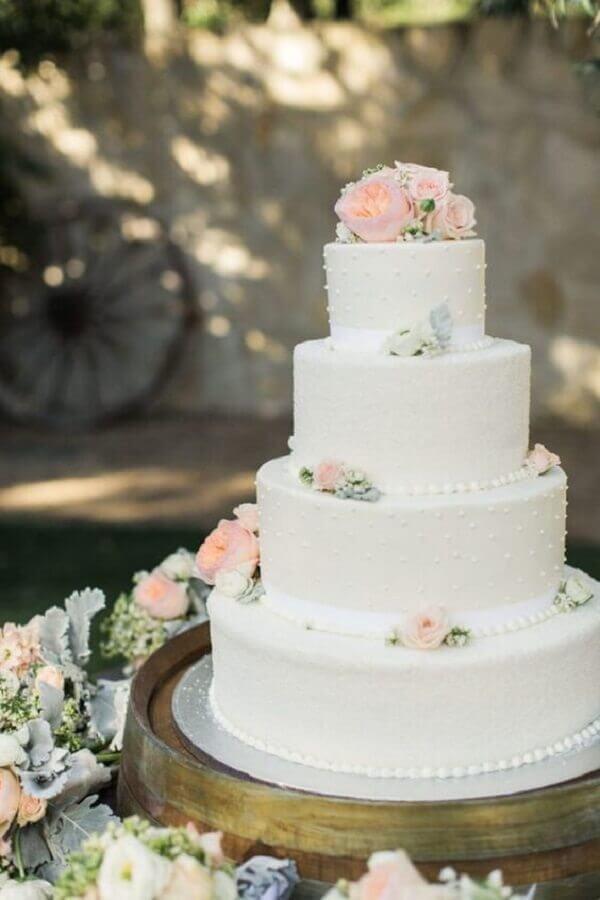 bolo de casamento branco tradicional decorado com rosas Foto iCasei