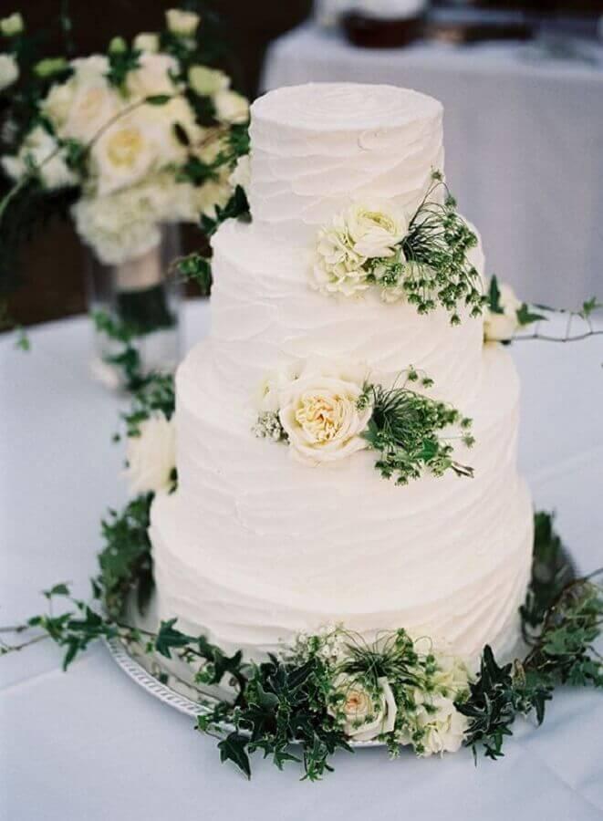 bolo de casamento com chantilly decorado com rosas brancas Foto Pinterest