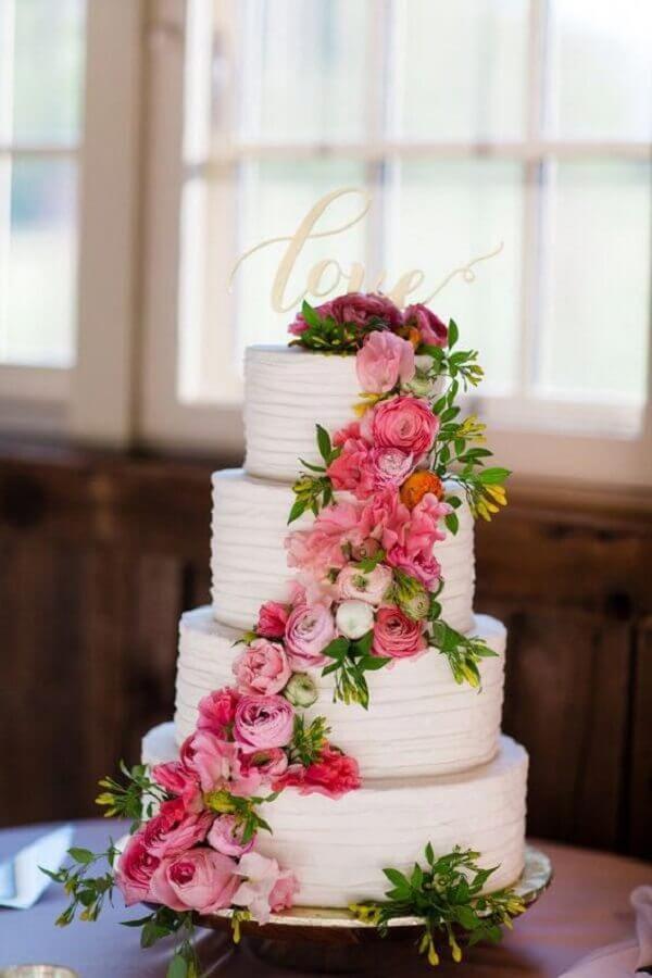 bolo de casamento com flores cor de rosa Foto Style me Pretty