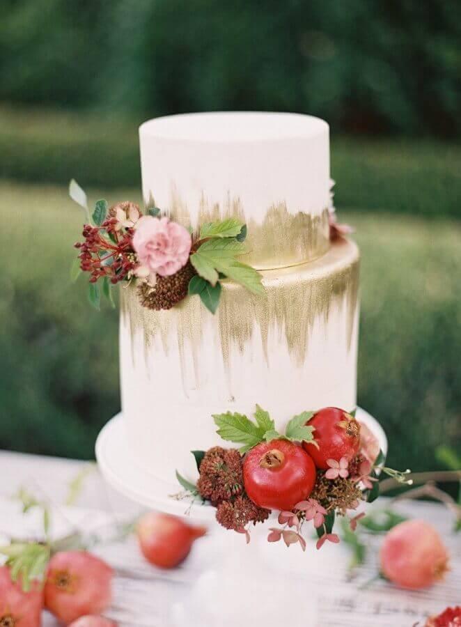 bolo de casamento com flores e acabamento moderno Foto Trendy Bride