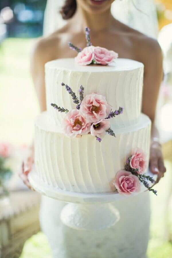 bolo de casamento simples decorado com flores Foto Style me Pretty