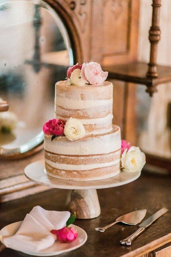 bolo de casamento simples dois andares decorado com rosas Foto The Knot