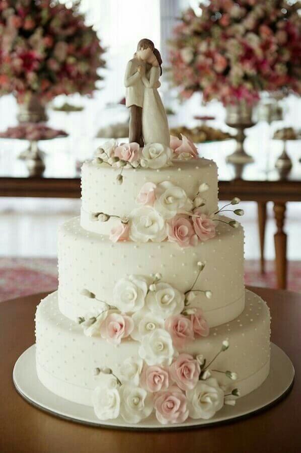 bolo fake de casamento decorado com flores e topo tradicional Foto Pinterest