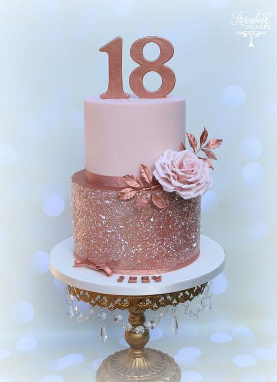 Bolo para festa de 18 anos com brilho e flores artificiais