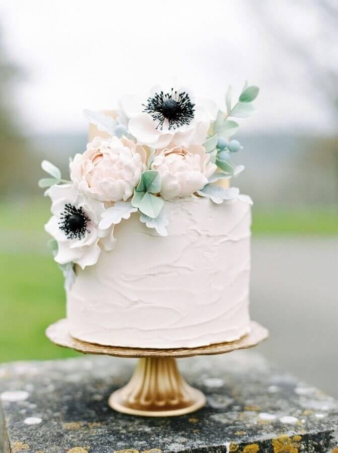 bolo simples de casamento com chantilly e flores Foto Yandex