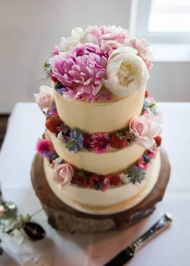bolo simples de casamento decorado com flores Foto The Knot