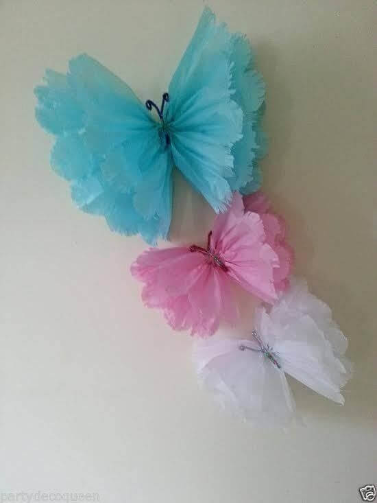 Borboletas de papel crepom azul, rosa e branco
