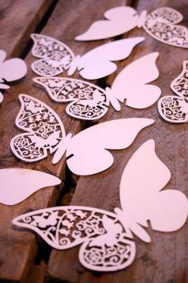 Borboletas de papel branco com desenhos recortados em estilete